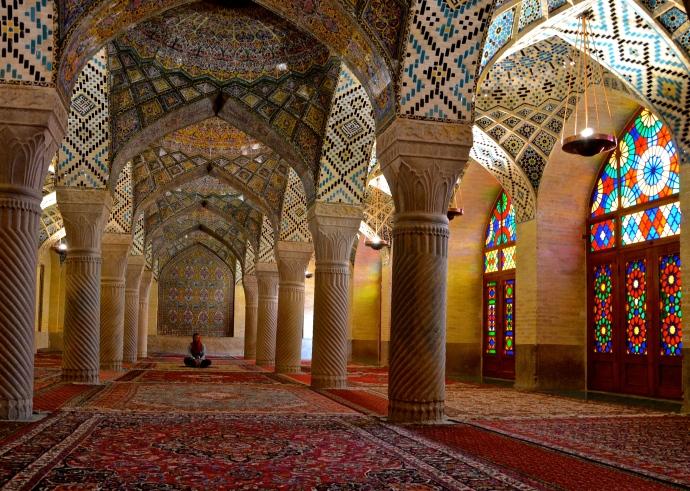 """Günay ganz allein auf den heiligen Teppichen der """"Pink Mosque"""" von Shiraz"""